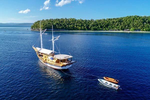 traditional yacht charter cruising